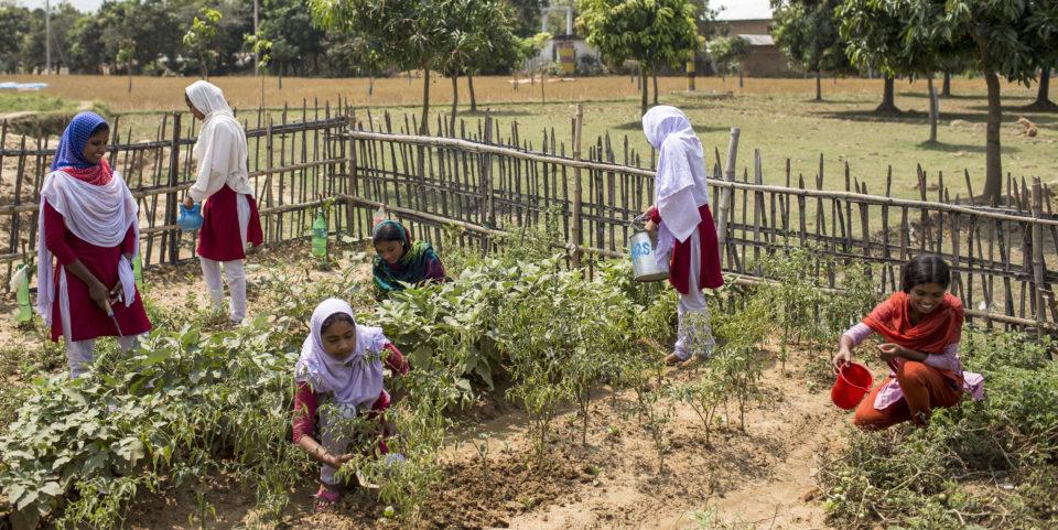 Familie Khalku aus Bosnoil. Vater Subodhjam ist Bauer, seine älteren beiden Töchter Shati und Bithi besuchen eine Blue School von Caritas.